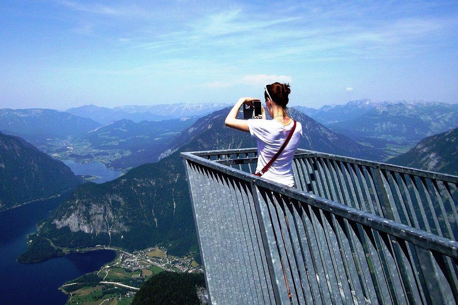 """Auf der Aussichtsplattform """"5 Fingers"""" am Krippenstein, einem Berg in Oberösterreich."""
